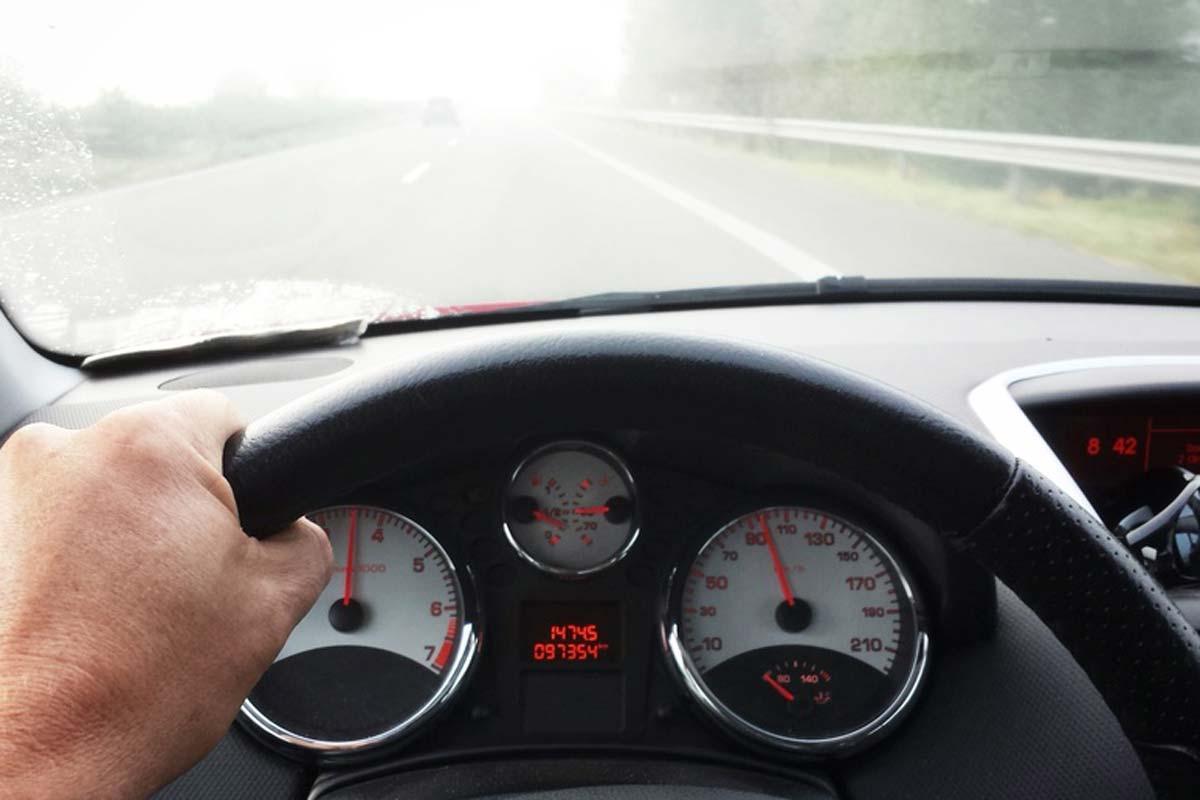 Vor Allem älteren Menschen Fällt Das Autofahren Bei Nebel Und Dunkelheit Schwer – Oft Liegt Das Weniger Am Fahrer Als An Der Brille. © Fotolia/ Ghazii
