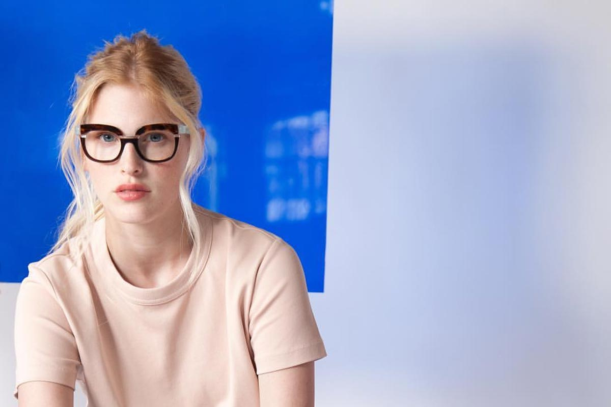 Legere Klamotte + feminine Brille = unbeschreiblich weiblich. Foto: Anne & Valentin